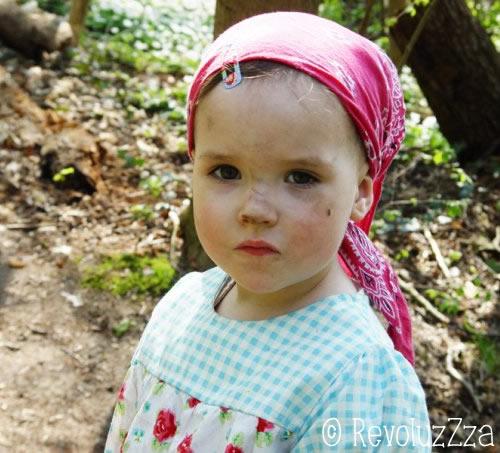 Kleines Mädchen mit vom Spielen schmutzigen Gesicht.